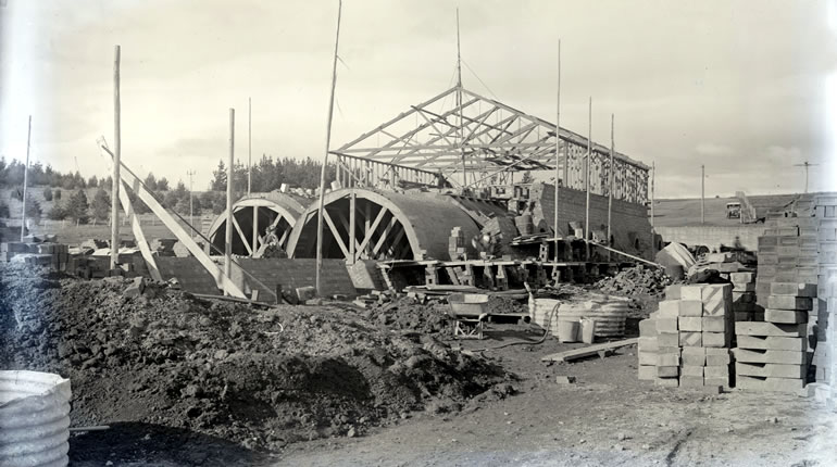 Historical black and white photo of the Canberra Brickworks Hardy Kiln under construction in the 1920s